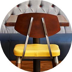 Restaurantstuhl aus Holz und Metall, mit gelbem Kissen